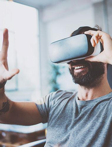 Homme casque réalité virtuelle